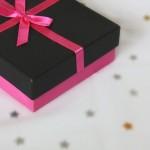 妻の誕生日プレゼントに買ったキーケース赤が届いた。思ったより渋い…